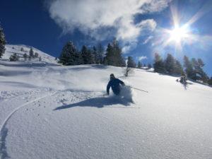 Skifahrer im Tiefschnee von Obertauern